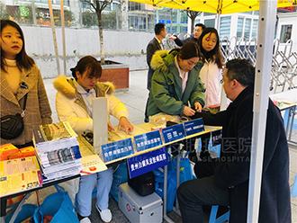 贵州白癜风皮肤病医院公益义诊来到贵阳火车站